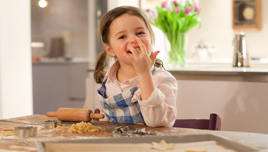 Préparation de biscuits avec les feuilles cuisson de Toppits®.
