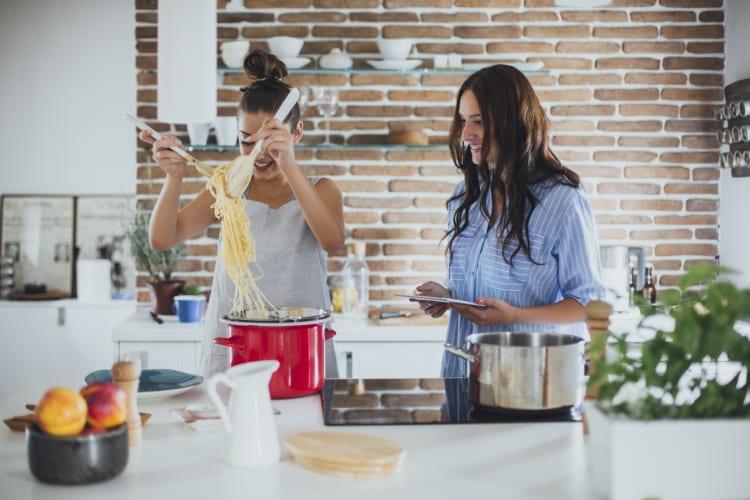 Meer kookplezier met de keukenhulpjes van Toppits®, zoals de braadzak 2in1.