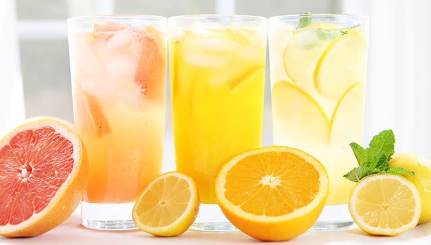 Limonade fruitée avec glaçons frais