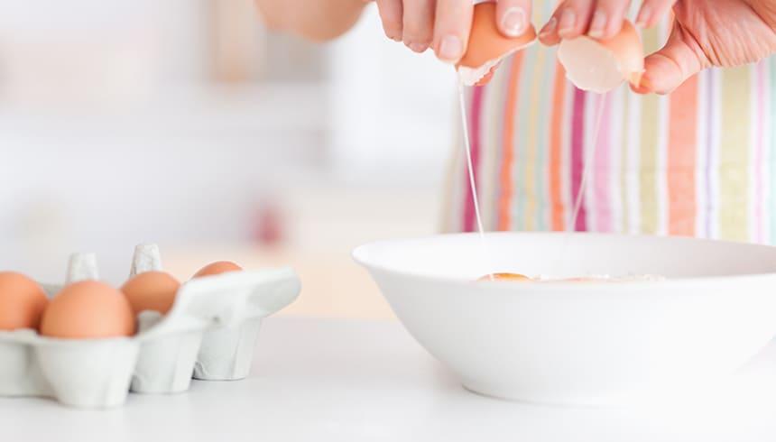Préparation de pâte pour les moules à muffins stables de Toppits®.