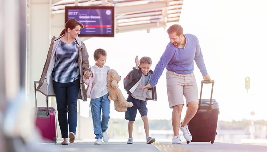 Gelukkig gezin met koffers in het station
