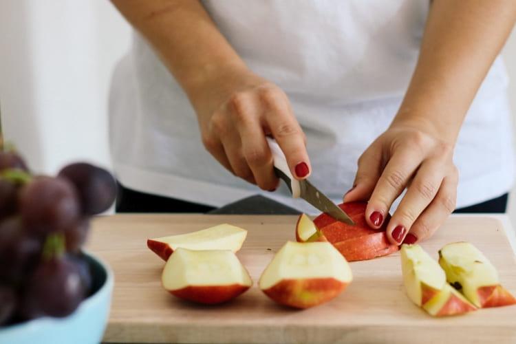 Découpe d'une pomme fraîche à conserver dans un sac Zipper®.