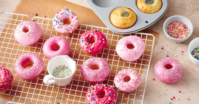 Mini donuts avec glaçages colorés sortis d'un mini moule à muffins