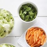 Légumes frais et salade fraîche dans des bols